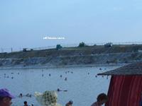 Крутой берег соленого озера Развал